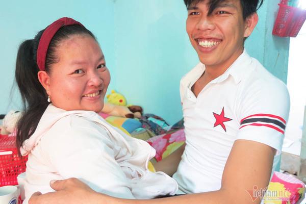 Tình yêu của anh chồng Long An với người ngồi xe lăn, hơn 5 tuổi