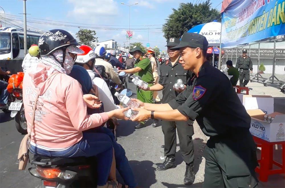 Nữ CSGT đội nắng phát nghìn chai nước suối cho người dân ngày mùng 5 Tết