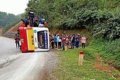 Lật xe buýt trên quốc lộ, 4 người bị thương