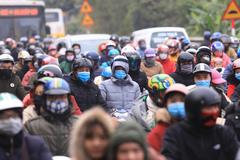 Khẩu trang kín mít, vạn người chạy xe trên quốc lộ hướng về Thủ đô
