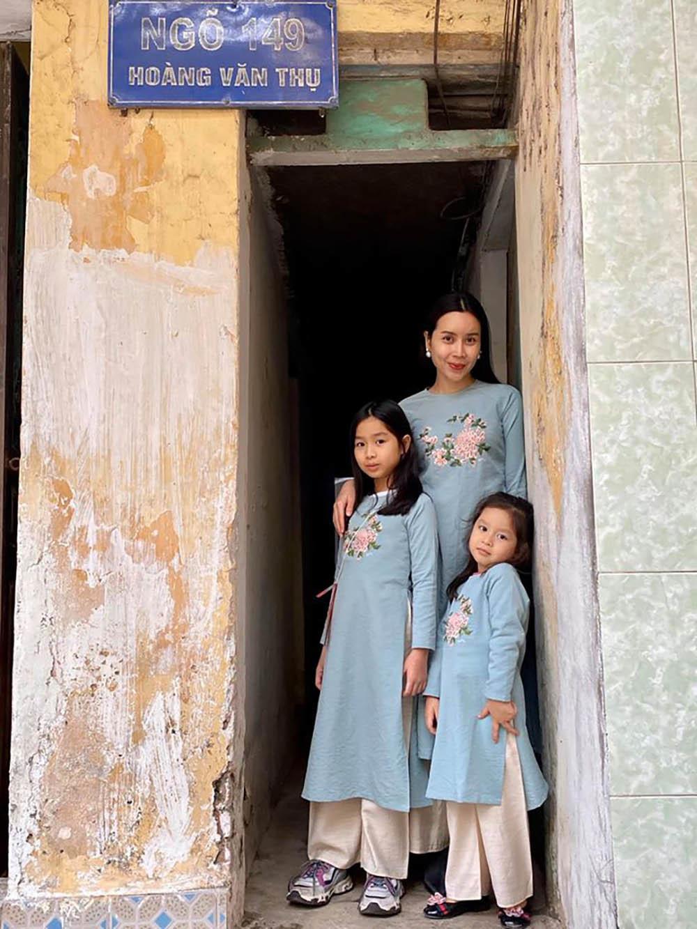 NSND Hồng Vân và Minh Luân viếng mộ Anh Vũ mùng 5 Tết