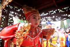 Trai tráng vây kín 'Tướng bà' 10 tuổi khỏi đám cướp hội đền Gióng