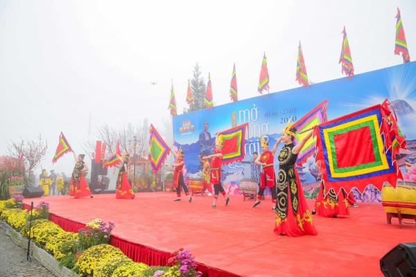 Đầu năm trẩy hội, du xuân lễ Phật trên đỉnh thiêng Tây Bắc