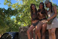 Về quê làm nông dân, 3 cô gái mặc bikini thu hút giới trẻ