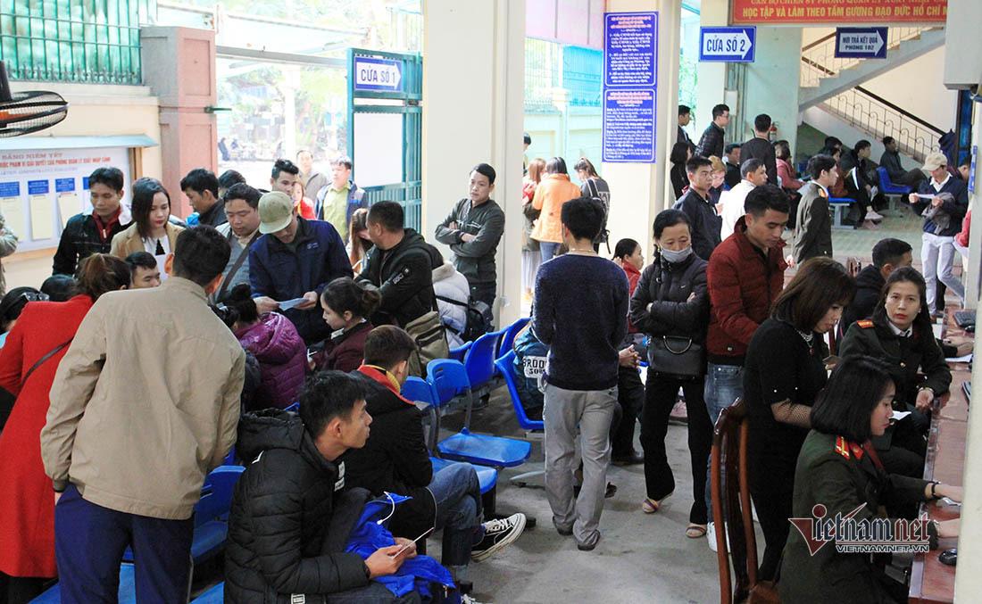 600 người 'chen chân' làm hộ chiếu sáng mùng 6 Tết ở Nghệ An
