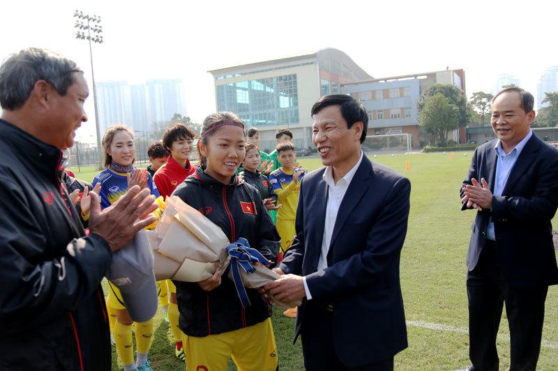 Bộ trưởng chúc Tết tuyển nữ Việt Nam trước ngày đi Hàn Quốc