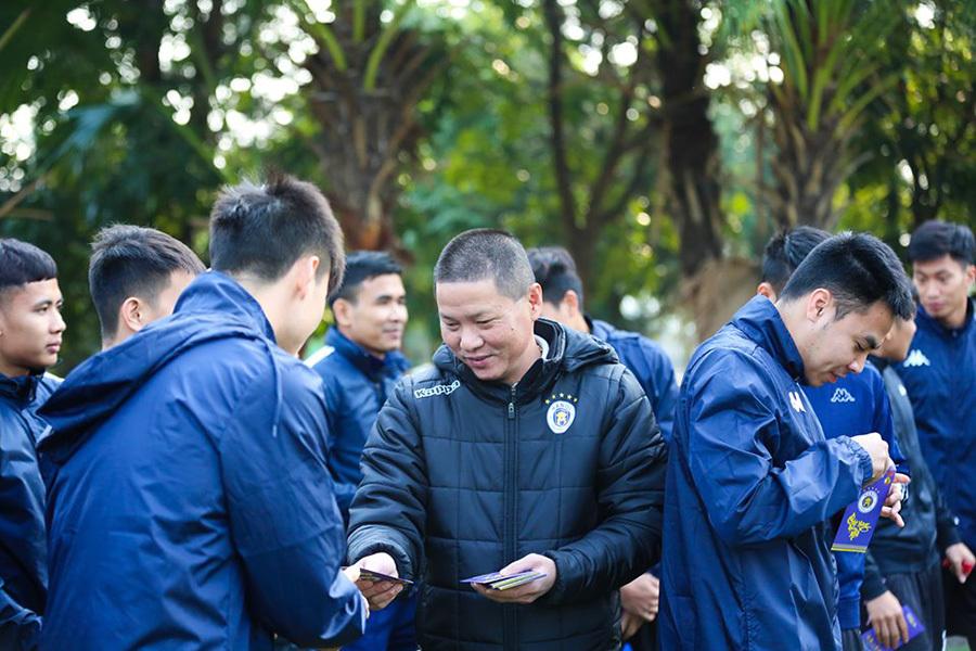 Quang Hải, Duy Mạnh cười tươi rói nhận lì xì khai xuân
