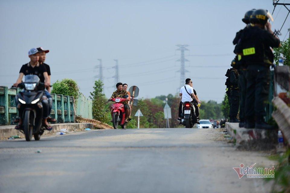 Flycam, cảnh khuyển gắt gao lùng nghi phạm vụ bắn chết 5 người