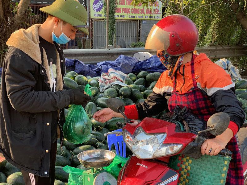 Dưa hấu ế chất đống vỉa hè Hà Nội, đầu năm tê tái giữa giá rét