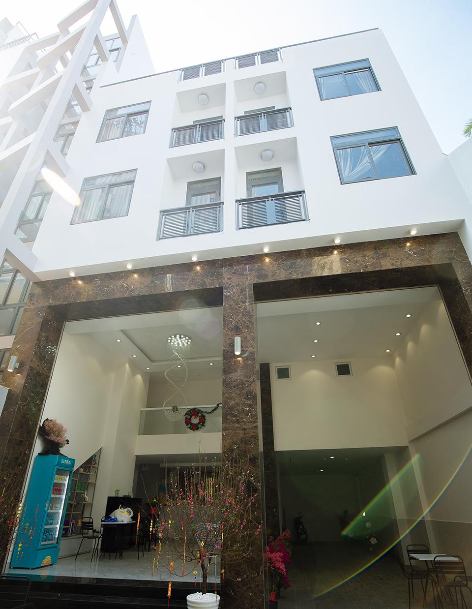 'Chân dài tố Trường Giang lăng nhăng' khoe nhà 7 tầng, hơn 40 phòng ở Sài Gòn