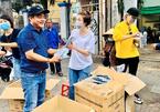 Pha Lê phát khẩu trang miễn phí giữa đại dịch corona