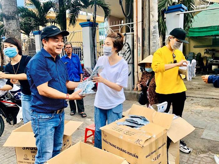 Pha Lê phát khẩu trang miễn phí giữa đại dịch viêm phổi Vũ Hán