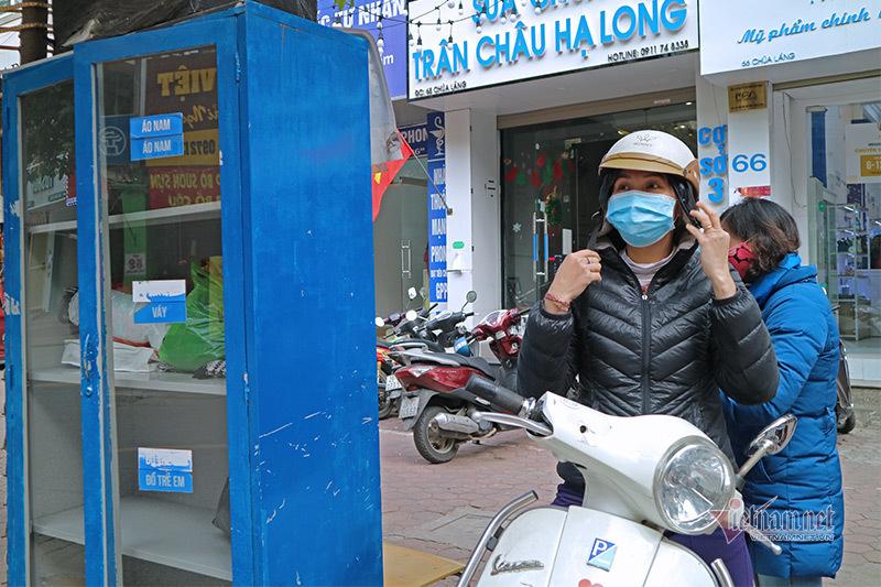Người Hà Nội vội vàng đi nhận khẩu trang miễn phí phòng virus corona