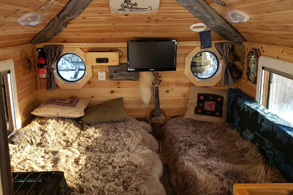 Người đàn ông chi 26.000 USD biến xe bán tải thành căn nhà gỗ tiện nghi