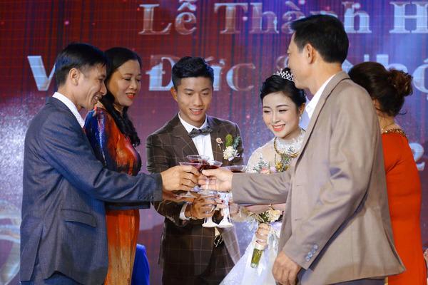 Bà xã Phan Văn Đức thông báo mang thai ngay sau đám cưới
