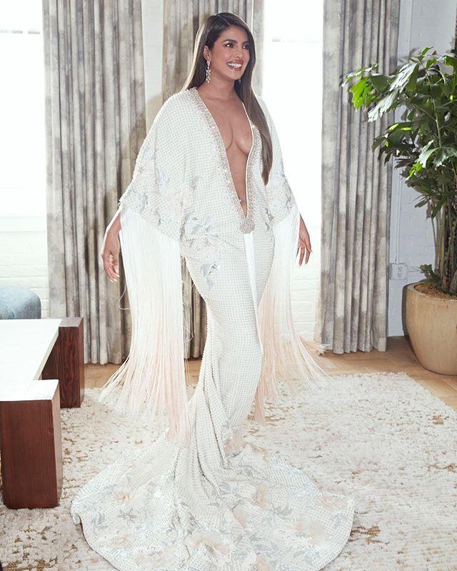 Hoa hậu Thế giới lên tiếng về chiếc váy khoét sâu tận bụng, hở nửa vòng 1