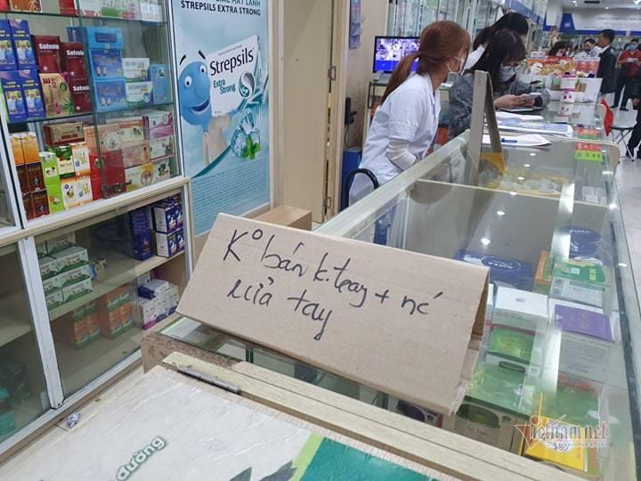Hỗn loạn vì tranh nhau khẩu trang ở chợ thuốc lớn nhất Hà Nội