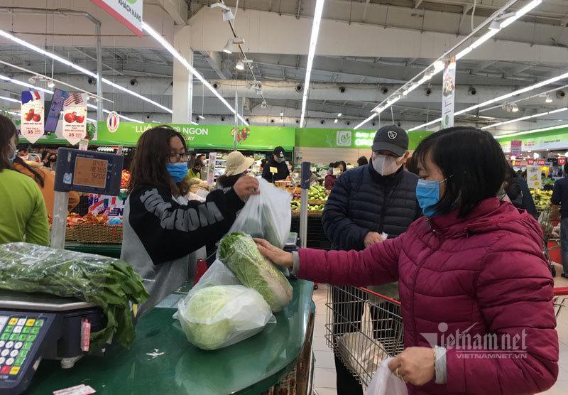 Sợ ra đường, đeo khẩu trang kéo đến siêu thị mua đồ ăn tích trữ