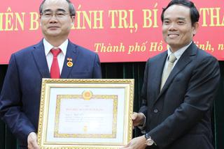 Bí thư Thành ủy Nguyễn Thiện Nhân nhận huy hiệu 40 năm tuổi Đảng