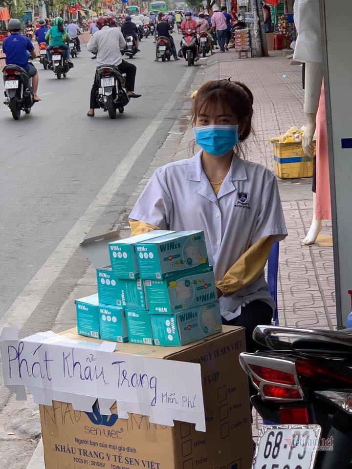 Chơi đẹp, người Sài Gòn phát khẩu trang miễn phí phòng virus corona