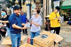 Giữa đại dịch Corona, Pha Lê đi phát khẩu trang miễn phí nhưng lại bị xua đuổi