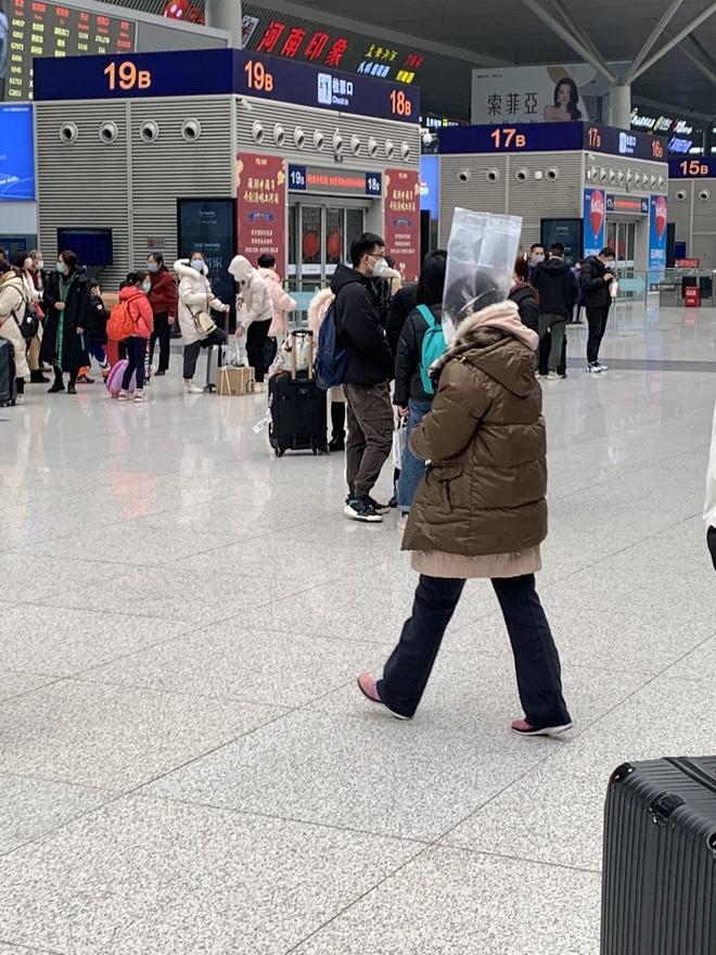 'Trời không mưa cũng mặc áo mưa', đi sân bay như chống nhiễm xạ