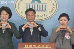 Chính trị gia Hàn đề xuất 'bắn tim' thay bắt tay để ngăn virus corona