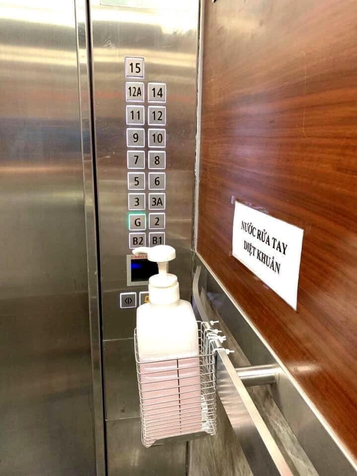 Chung cư chống corona tận 'chân răng': Khẩu trang ngay sảnh, rửa tay từ thang máy