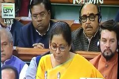 Hình ảnh bộ trưởng Ấn Độ vật lộn chống ngủ gật gây sốt