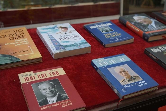 Dân đeo khẩu trang xem Triển lãm Kỷ niệm 90 năm thành lập Đảng Cộng sản Việt Nam