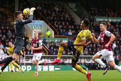 Phung phí cơ hội, Arsenal chia điểm Burnley