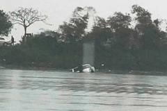 Chờ lên phà, ô tô tự trôi xuống sông, cụ già trên xe tử vong