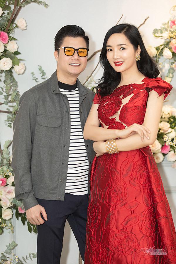 Bình Minh đưa vợ hơn tuổi đi mua sắm đầu năm