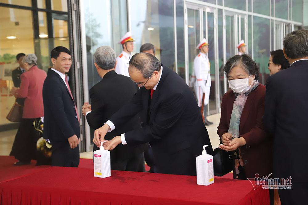 Rửa tay sát khuẩn, đo thân nhiệt trước khi tham dự lễ kỷ niệm