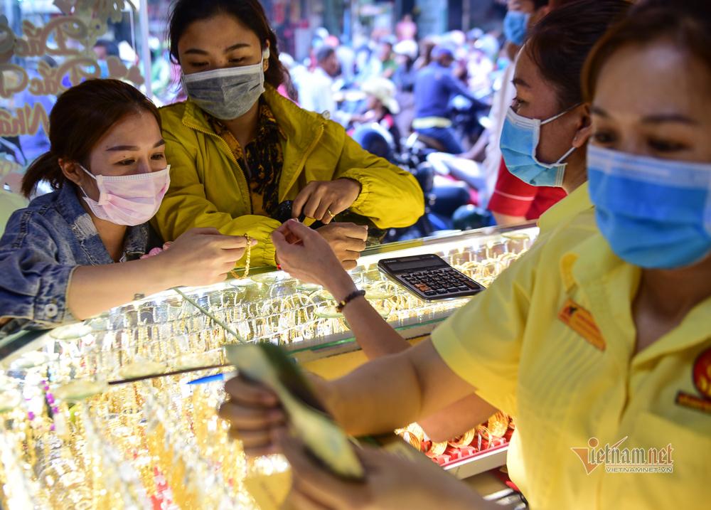 Người Sài Gòn đeo khẩu trang, chen chân mua vàng ngày vía Thần Tài