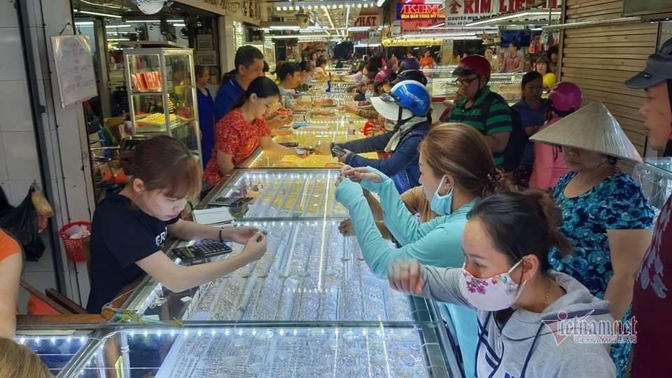 Người Sài Gòn bịt kín khẩu trang, bày lễ vật cúng vía Thần Tài