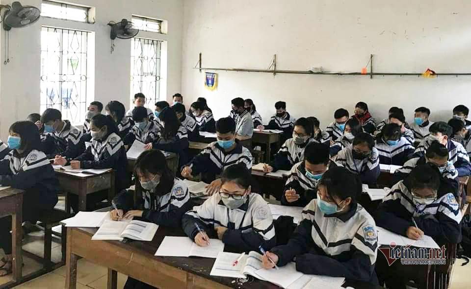 700 trường ở Hà Tĩnh vẫn mở, cô trò đeo khẩu trang dạy và học