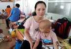 """Nhói lòng mẹ ôm con ung thư ngủ vạ vật hành lang sau mỗi lần """"đánh"""" thuốc"""
