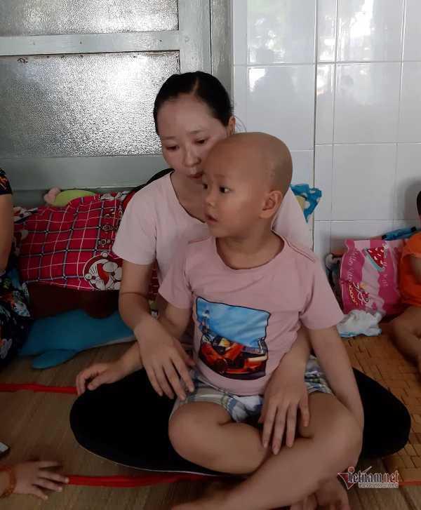 Nhói lòng mẹ ôm con ung thư ngủ vạ vật hành lang sau mỗi lần 'đánh' thuốc