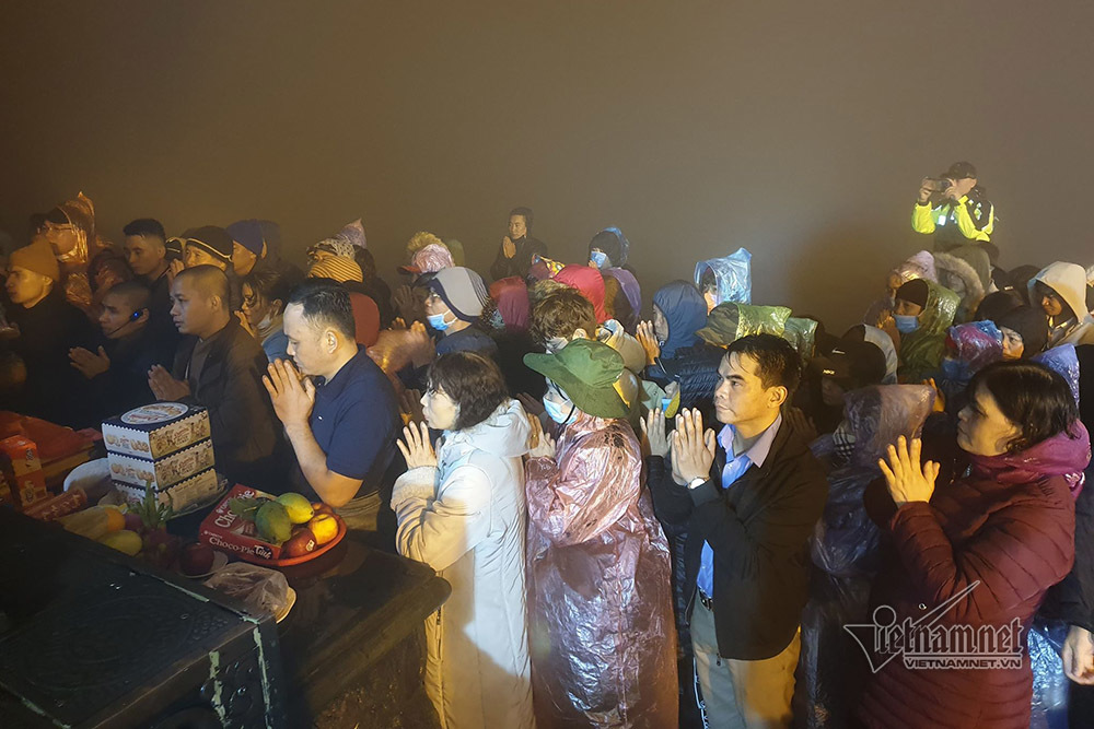 Mặc áo mưa, đeo khẩu trang leo chùa Đồng giữa đêm