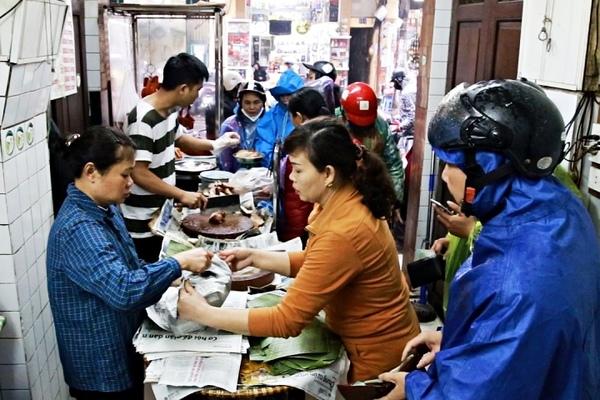 Tiệm heo quay bán 200kg thịt ngày Thần Tài, khách xếp hàng chờ mua