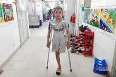 Nỗi đau của bé trai bị cắt cụt chân, kiên cường chống chọi ung thư