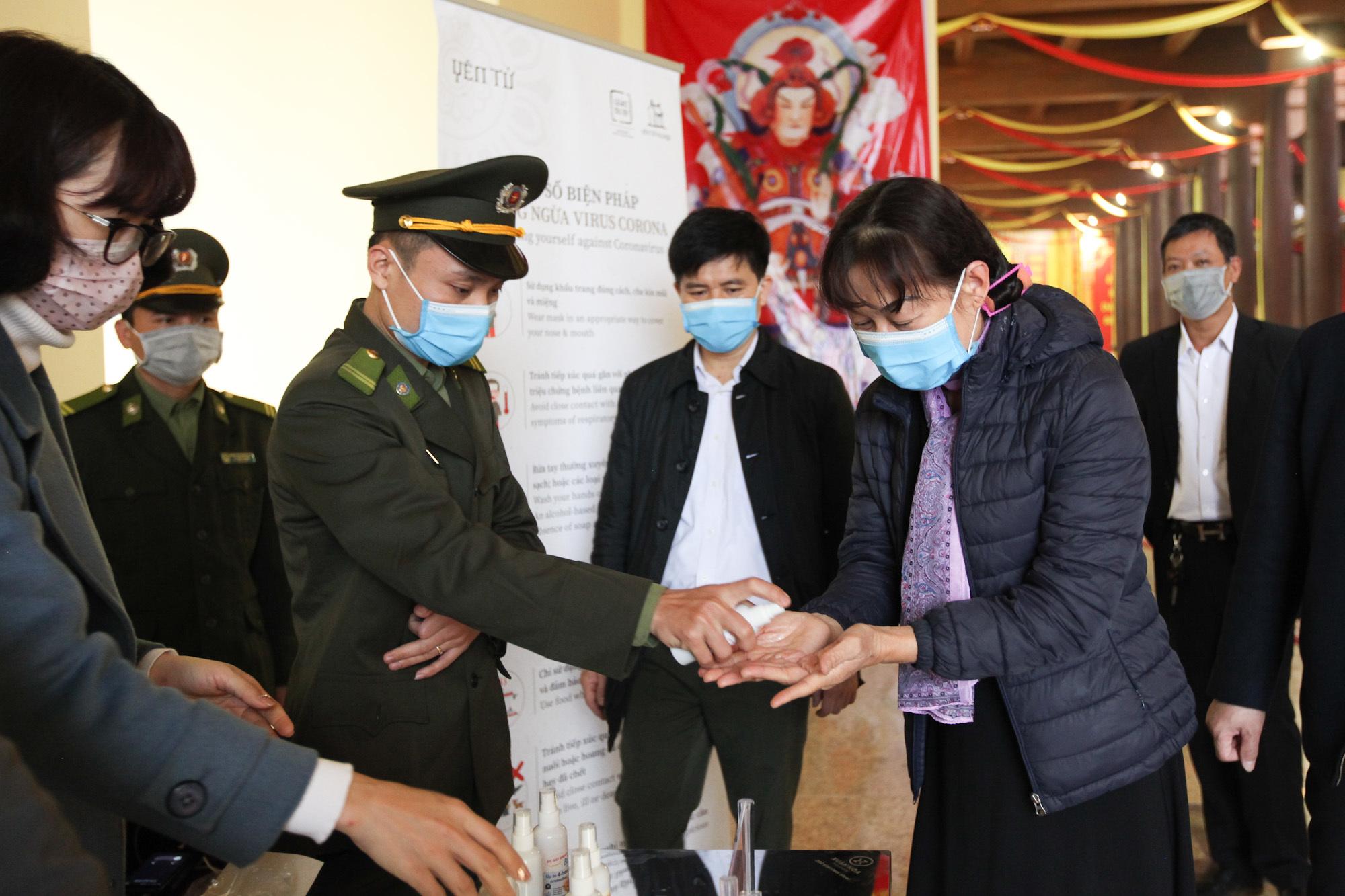 Khách đi lễ Yên Tử được phát khẩu trang miễn phí