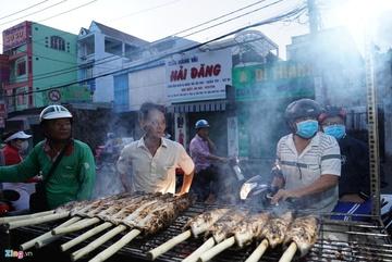 Nướng 3.000 con cá lóc vẫn lo thiếu hàng ngày vía Thần Tài