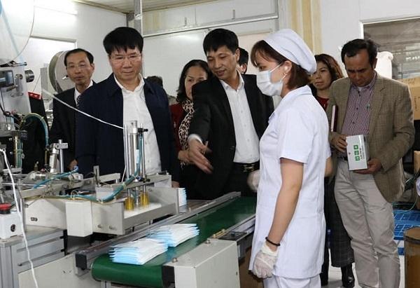 Công nhân nhà máy khẩu trang làm việc 24/24 đáp ứng nhu cầu chống dịch viêm phổi
