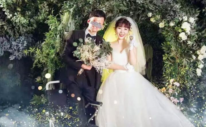 Chú rể dùng miệng trao nhẫn cưới cho cô dâu, hai họ bật khóc
