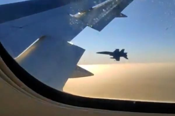 Máy bay chở khách gãy càng hạ cánh, chiến cơ tới tháp tùng