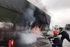 Xe tải biển Lào nổ lốp, bốc cháy ngùn ngụt trên đường tránh Vinh
