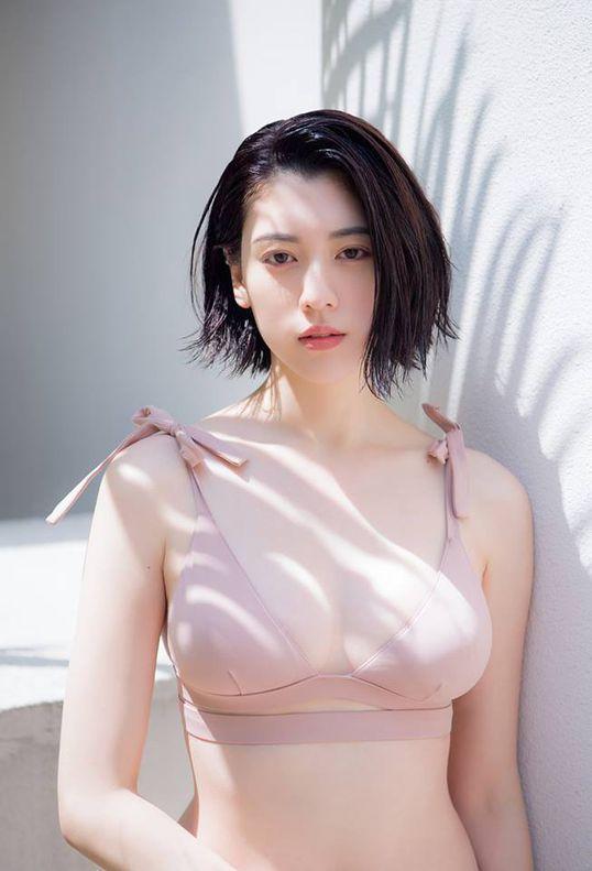 Mỹ nhân Nhật Bản bị chỉ trích khi tiết lộ tắm chung với cha tới 20 tuổi