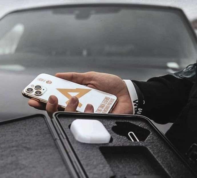 Sao MU bị chế nhạo vì khoe điện thoại đắt tiền